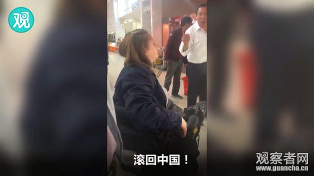 白人女子辱罵華人超市營業員不懂英語,「滾回中國」,導致加拿大里奇蒙市議會立法,強...