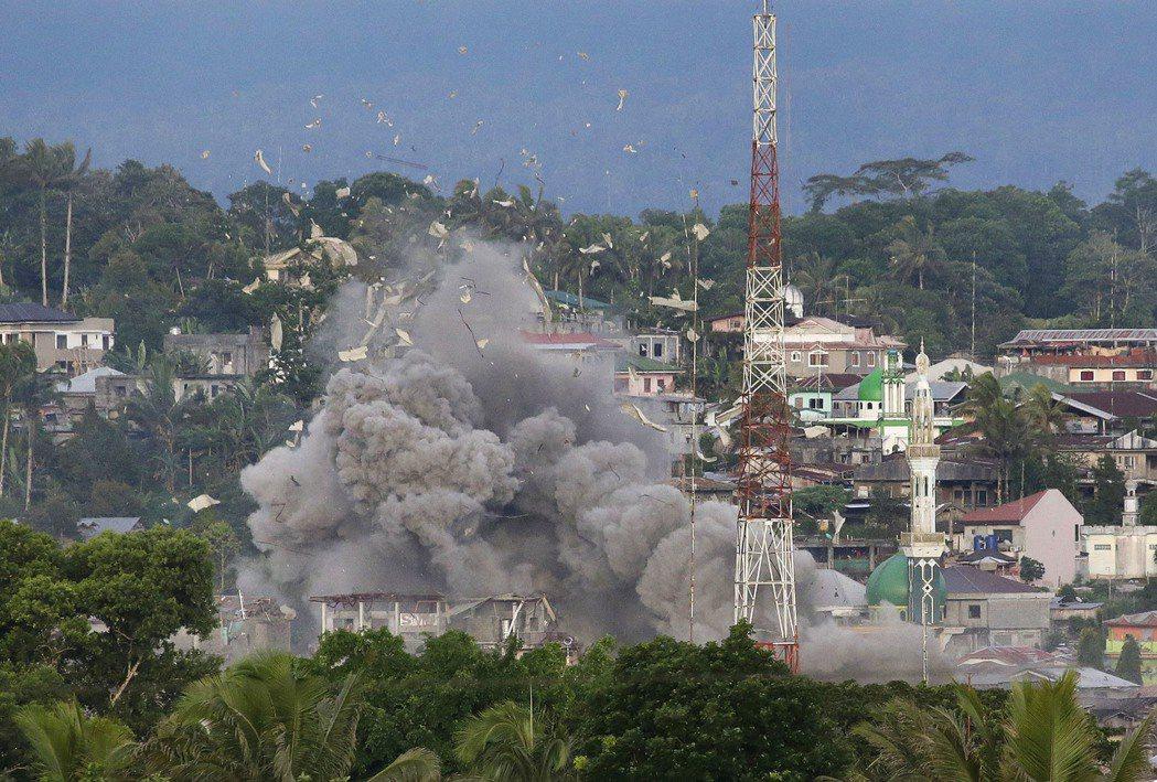 菲國空軍轟炸好戰分子據點。(美聯社)
