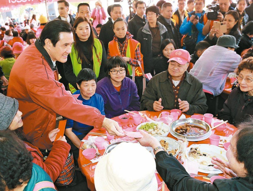 寒士宴邀街友、清寒人士圍爐,卻吸引「丐幫記者」趁機白吃白喝。圖為前總統馬英九參加...