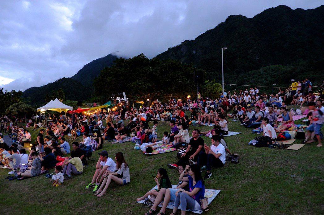 10日晚間在台東都歷遊客中心月光舞台以首場月光海音樂會拉開序幕,湧進遊客逾300...