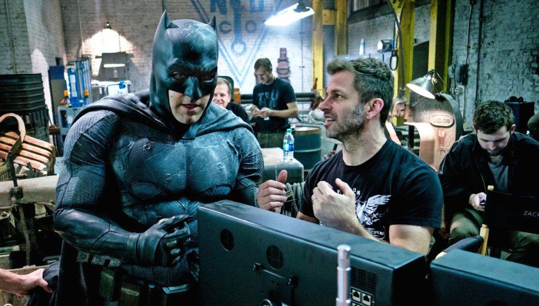 查克史奈德(右)執導「蝙蝠俠對超人:正義曙光」創下驚人票房。圖/華納兄弟提供