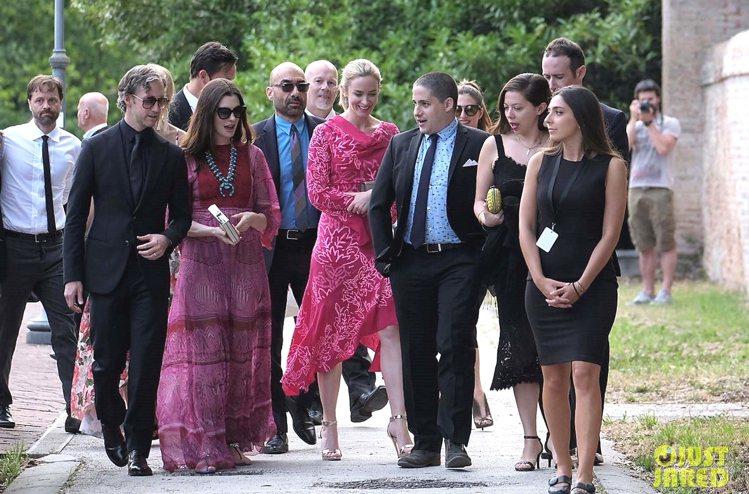 《穿著Prada的惡魔》裡的演員安海瑟薇與艾蜜莉布朗睽違多年同框。圖/擷自jus...
