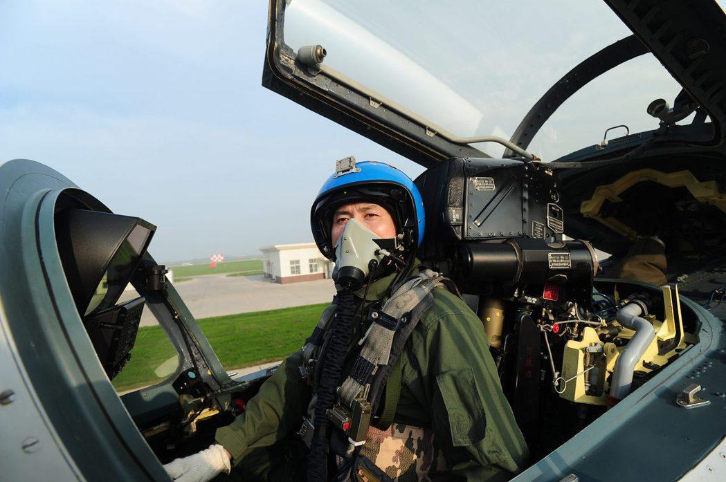 圖為中共殲-15艦載戰鬥機飛行員戴明盟進行地面模擬訓練,他於2012年首次駕駛殲...