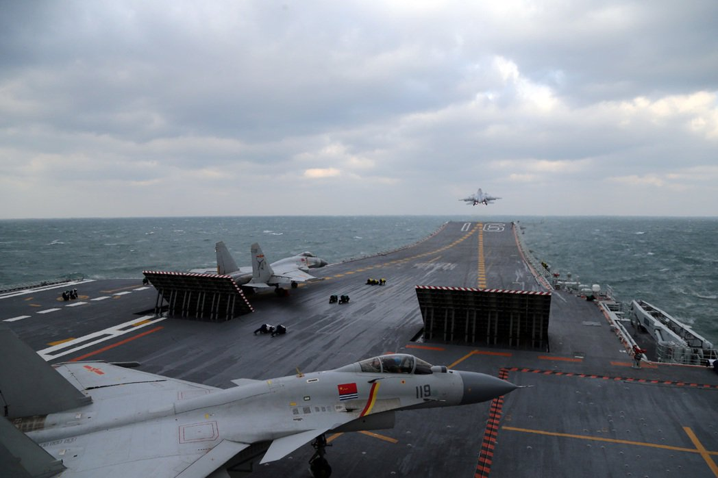 去年底在黃海空域,多批殲-15艦載戰鬥機從遼寧艦飛行甲板起飛昇空,執行空中加受油...
