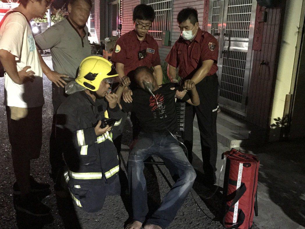 嘉市半夜工廠惡火,一名43歲男子受傷送醫。記者林伯驊/攝影