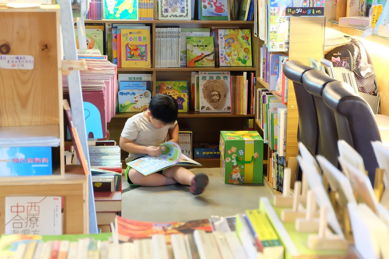 「舊書櫃」結合二手書和咖啡茶飲,走進倉庫沒有濕氣霉味,而是滿滿書香。記者張芮瑜/...