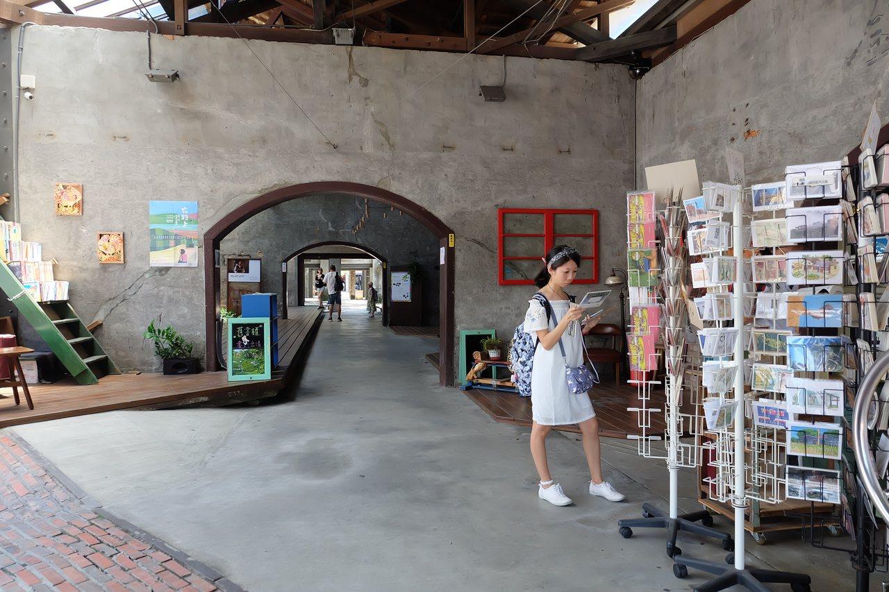 沿著軌道而生的「行口」建於西元1919年,是台鐵宜蘭車站的舊倉庫,走出宜蘭火車站...