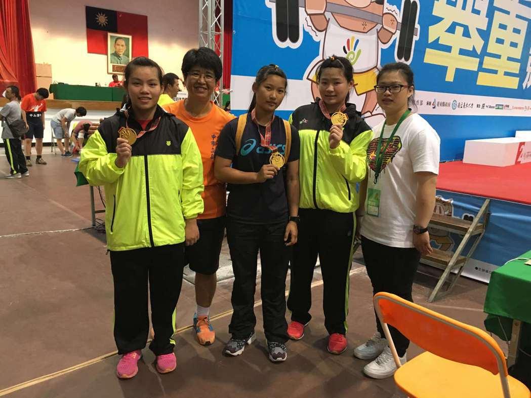 劉思佩老師帶領體育班學生們拿到舉重獎牌。圖/教育部提供