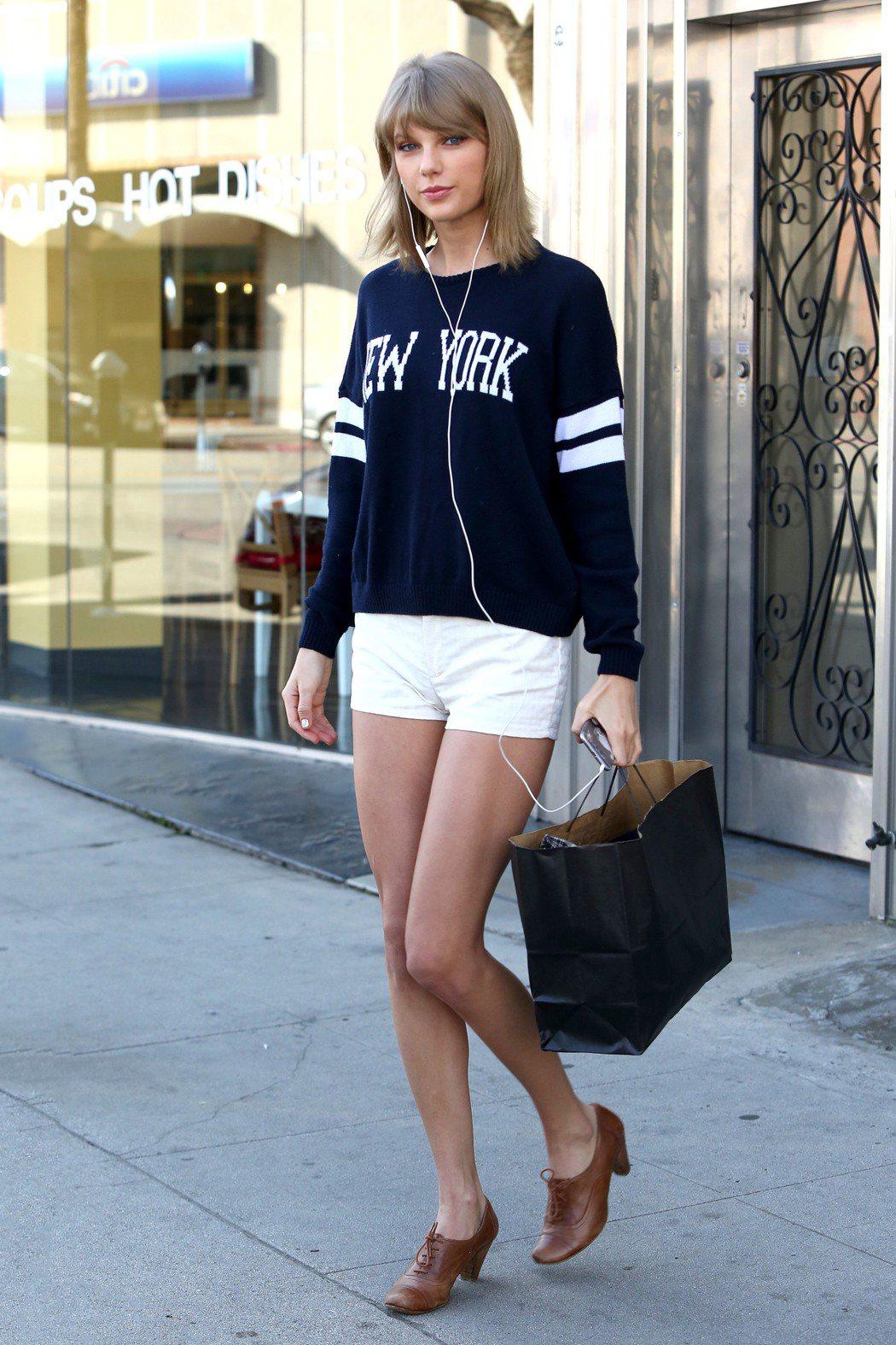 泰勒絲曾以STEVE MADDEN的牛津鞋搭出學生味。圖/取自pinterest