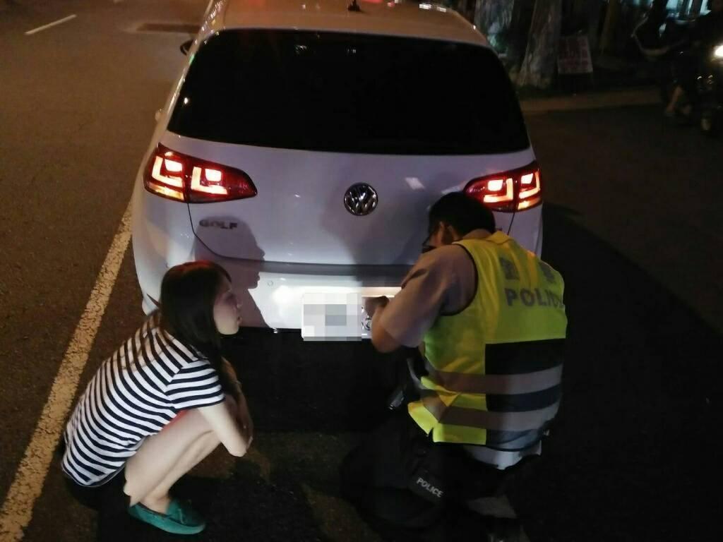 員警臨檢發現該部車輛車牌搖搖欲墜,動手幫忙鎖車牌。圖/桃園警分局提供
