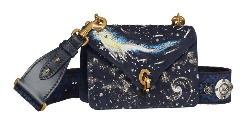 Cest Dior - I feel blue深藍色波希米亞寬背帶包。圖/Dio...