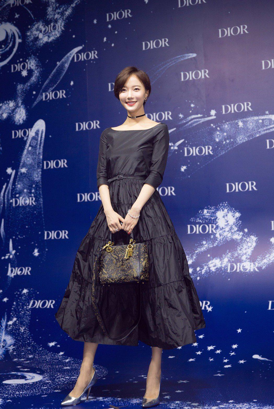 王珞丹穿出秋冬裙裝的帥氣美,手拿Dior Moon系列手袋出席藍調之夜。圖/Di...