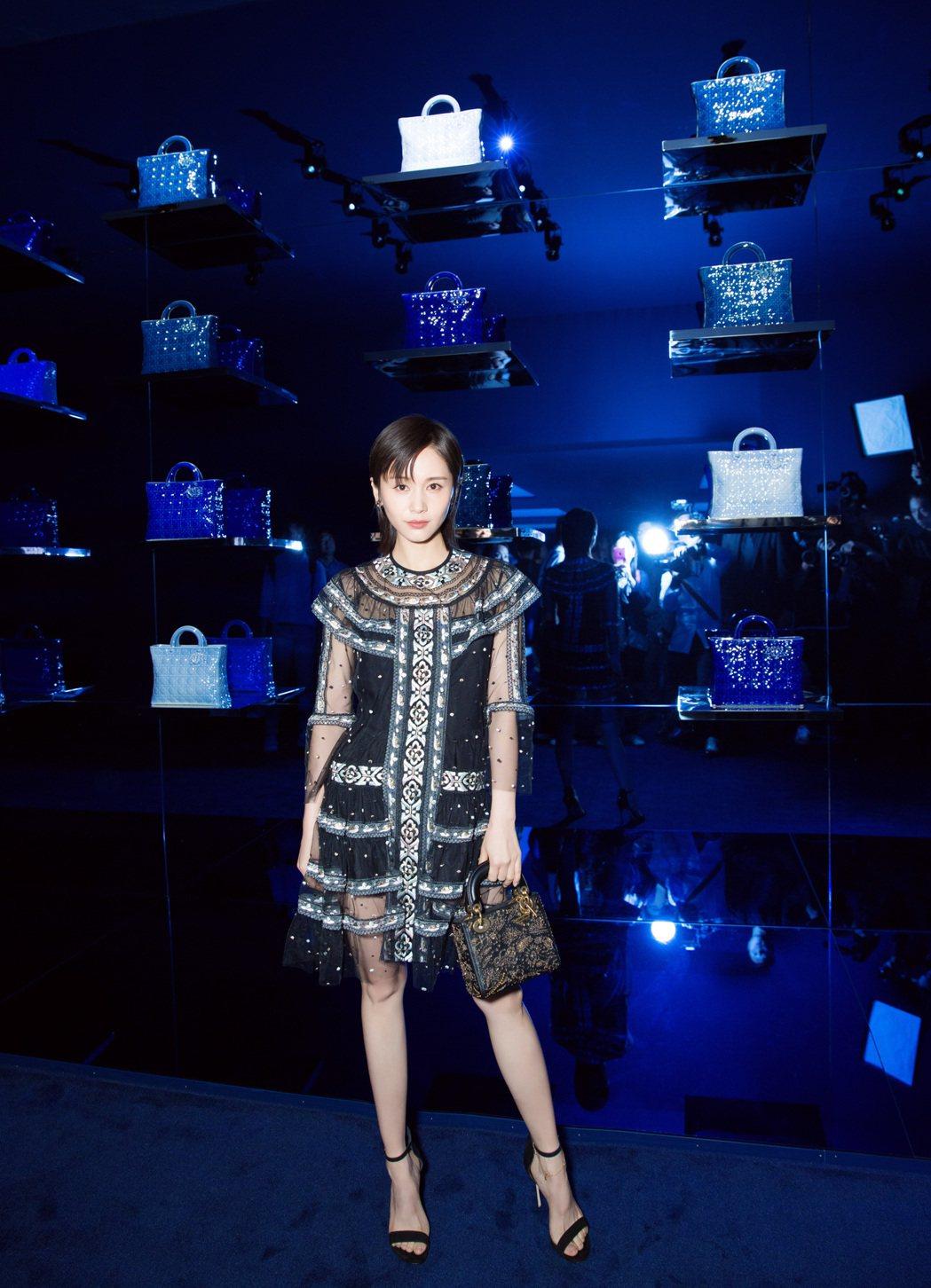 王子文詮釋秋冬短裙的細緻俏麗。圖/Dior提供