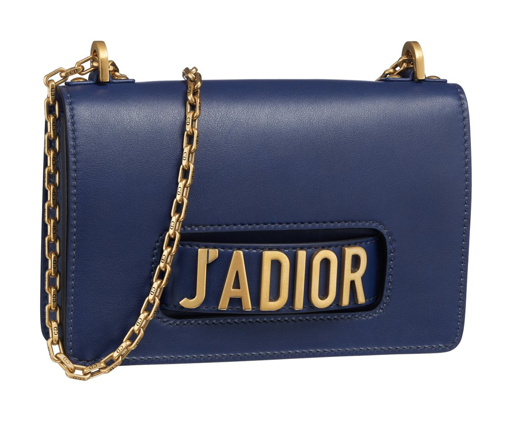JAdior靛色小牛皮翻蓋式金屬鍊包中型款。圖/Dior提供