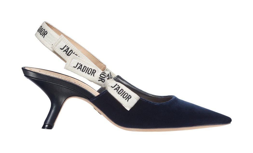 JAdior深藍色短高跟鞋。圖/Dior提供