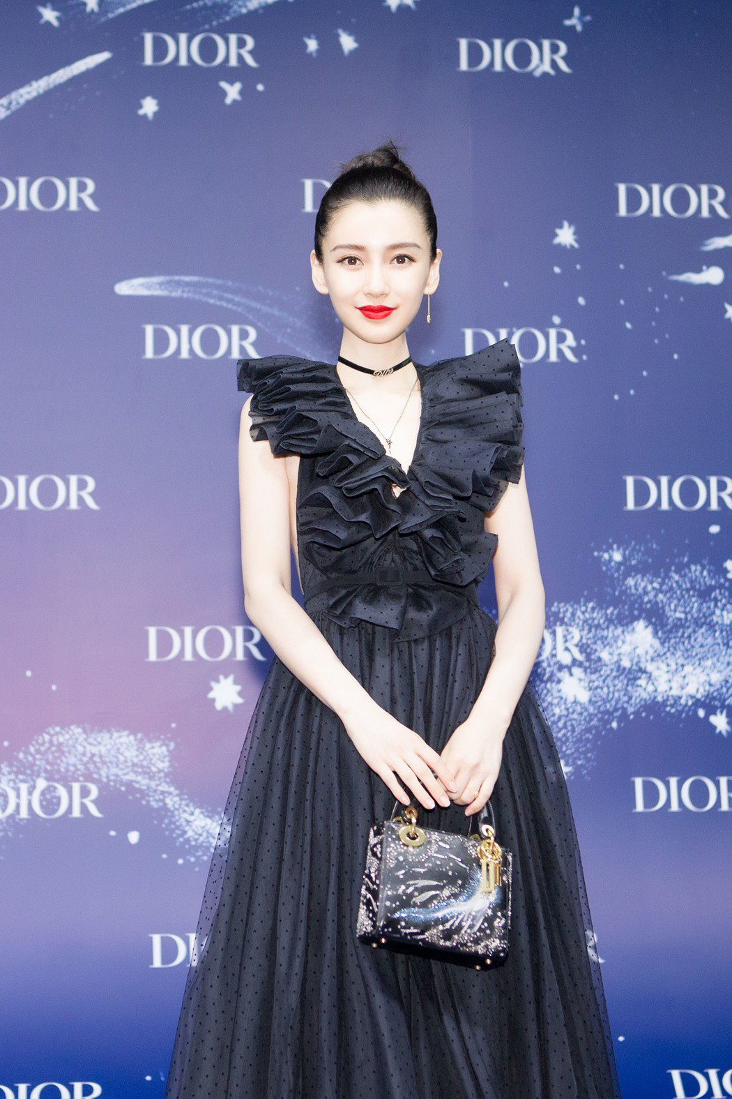 Angelababy手拿I Feel Blue迷你Lady Dior限量手袋。圖