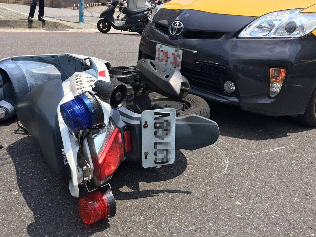 新北市土城警分局清水所警員昨天騎警用機車趕現場處理車禍事故,結果被左右轉的計程車...