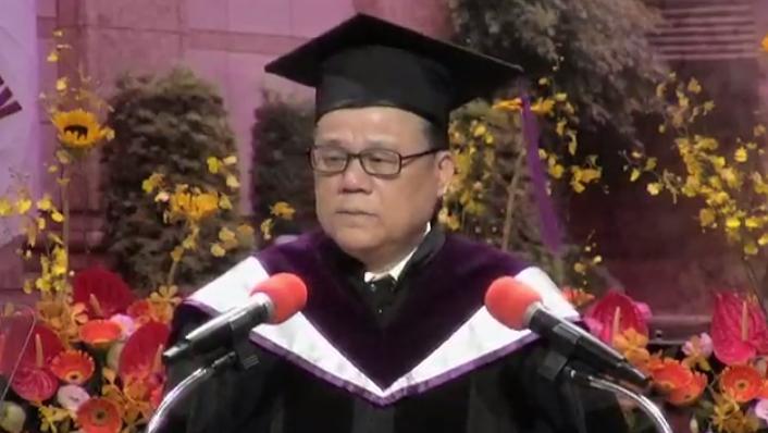 世新大學校長吳永乾勉勵畢業生「大學文憑不等於智慧」。圖/截自世新大學畢典直播