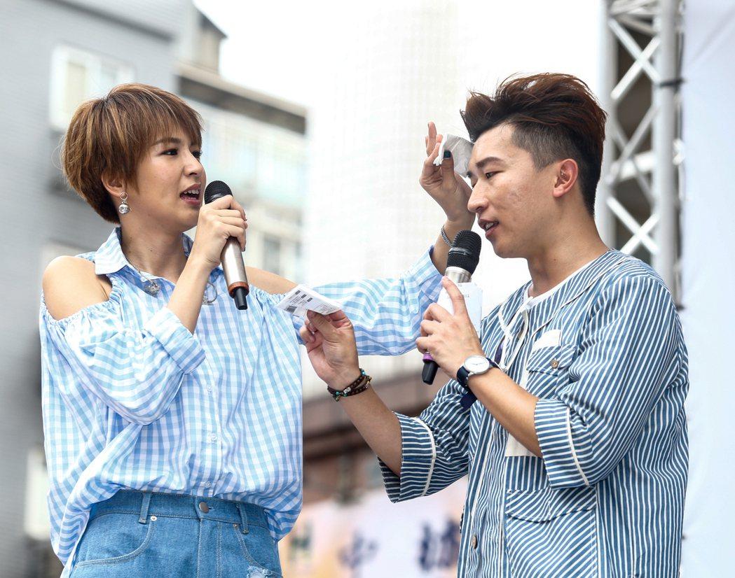 曾沛慈(左)今天在西門聯合醫院廣場舉辦新專輯「我愛你 以上」簽唱會,一現身即演唱...