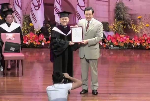 前總統馬英九(右)。圖/截自世新大學畢典直播