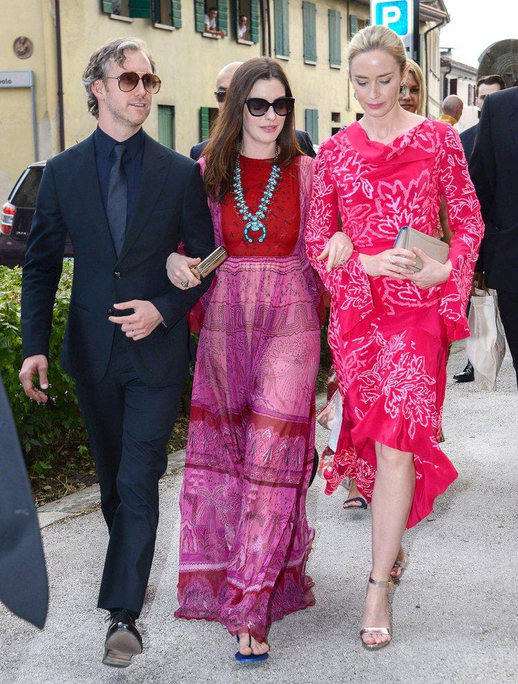 安海瑟薇身穿Valentino春夏一襲桃紅色刺繡洋裝配平底涼鞋,和老公及女星艾蜜...
