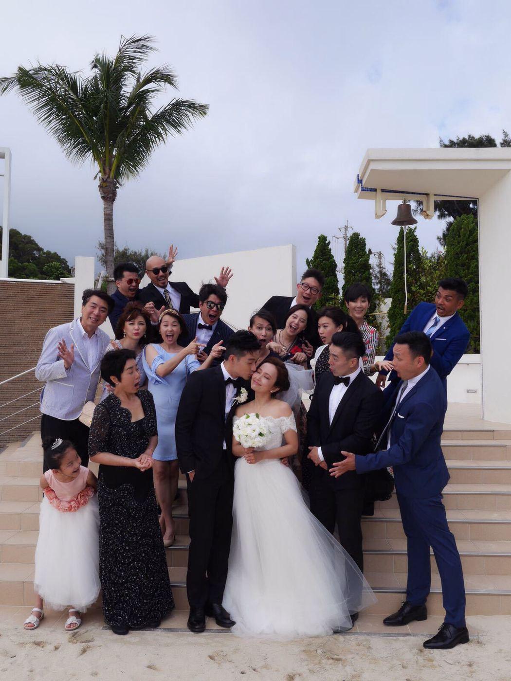愛紗和周洺甫(前排中)在沖繩舉行婚禮。圖/曲洱有限公司提供