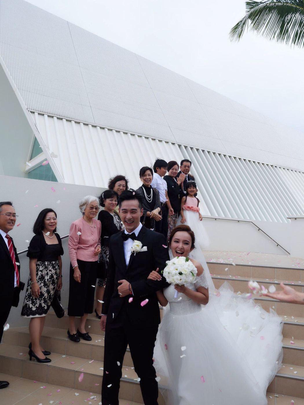 愛紗和周洺甫在沖繩舉行婚禮。圖/曲洱有限公司提供