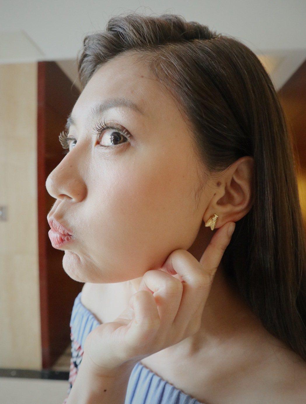 賈靜雯戴「金色蒼蠅」耳環,象徵一定要「贏」。圖/中央伍工作室提供