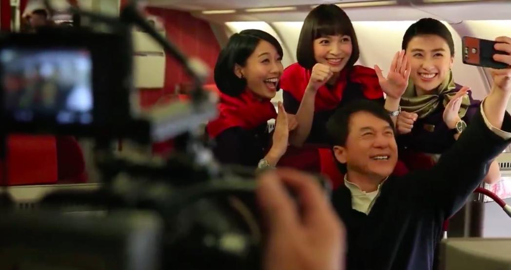 成龍為香港航空拍攝宣傳廣告,機艙內與空姐一起練拳、自拍。截自臉書