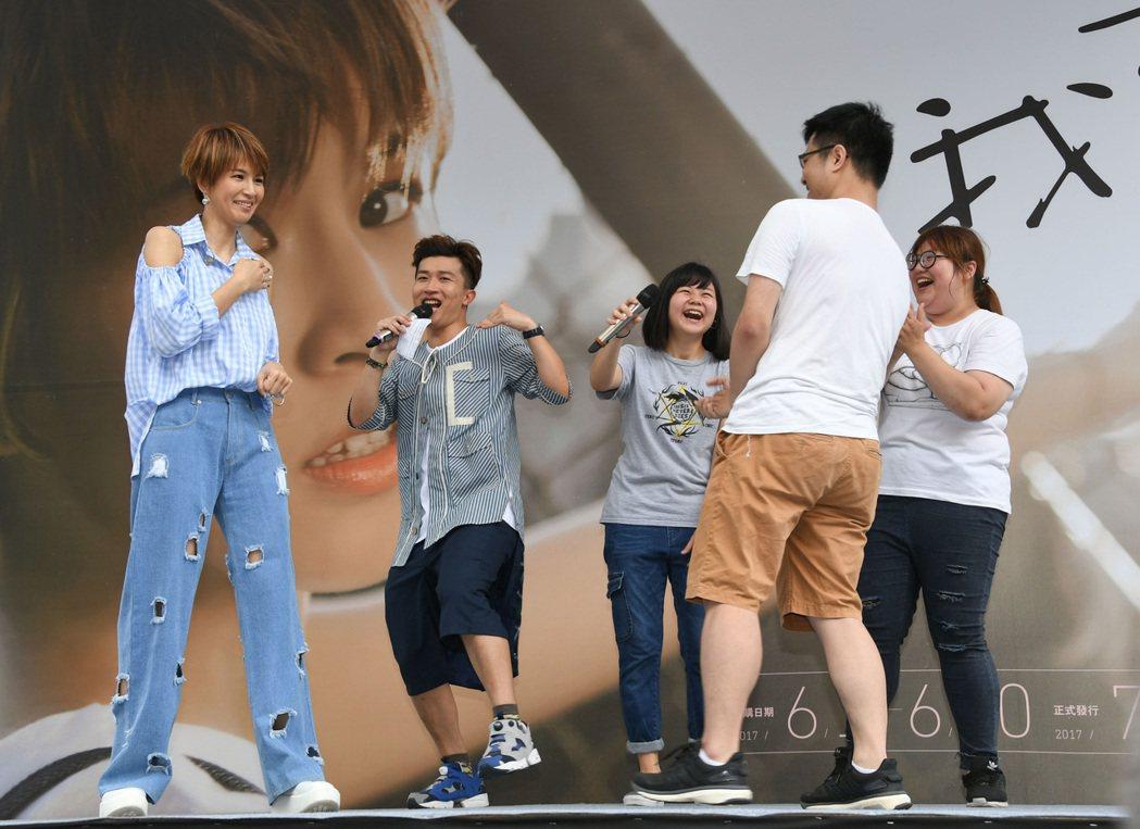 曾沛慈(左一)11日為新專輯「我愛你 以上」舉辦台北預購簽唱會。圖/福茂提供