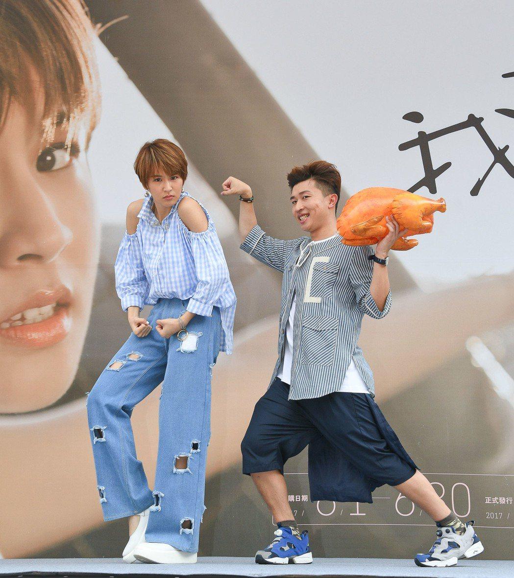 曾沛慈(左)辦預購簽唱會,張立東送烤雞。圖/福茂提供