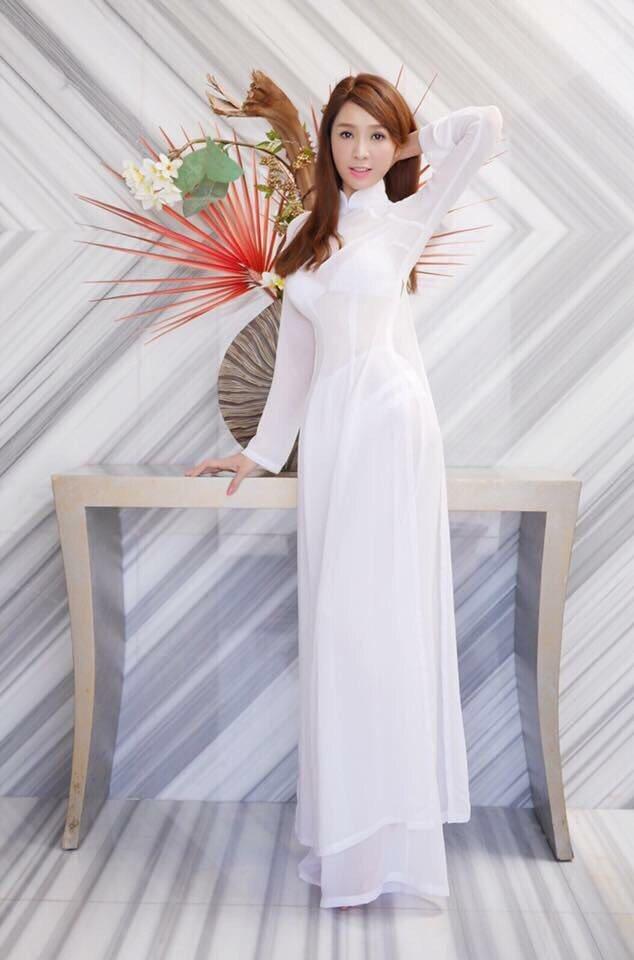 海倫清桃最喜歡穿著越南傳統服裝的自己。圖/白象文化提供