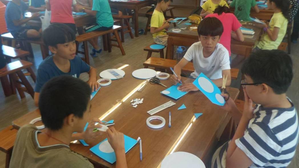 台南市官田慈聖宮舉辦科學營,免費邀請官田國小學童學造飛機。圖/慈聖宮提供