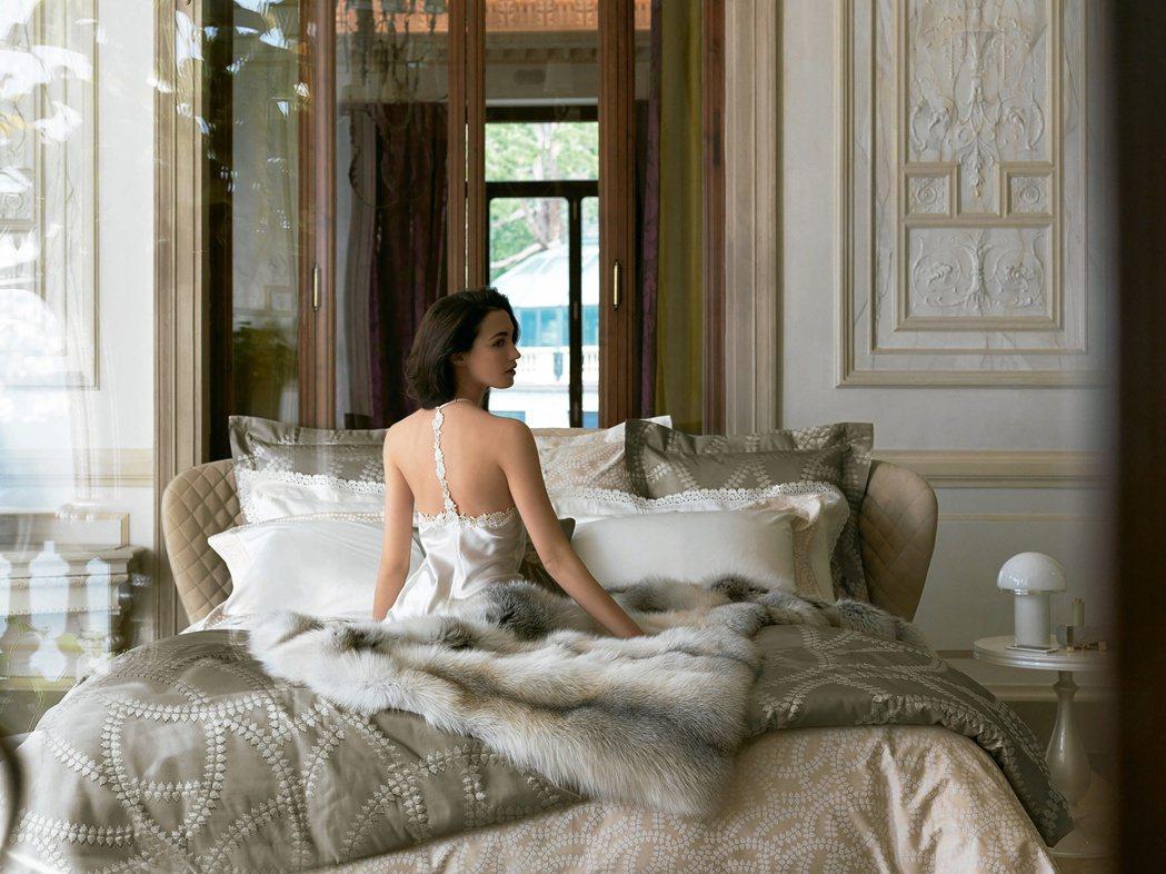 金色系的「奢華森皮奧內系列」紗染緞織四件式床組,17萬8,000元,特價8萬9,...