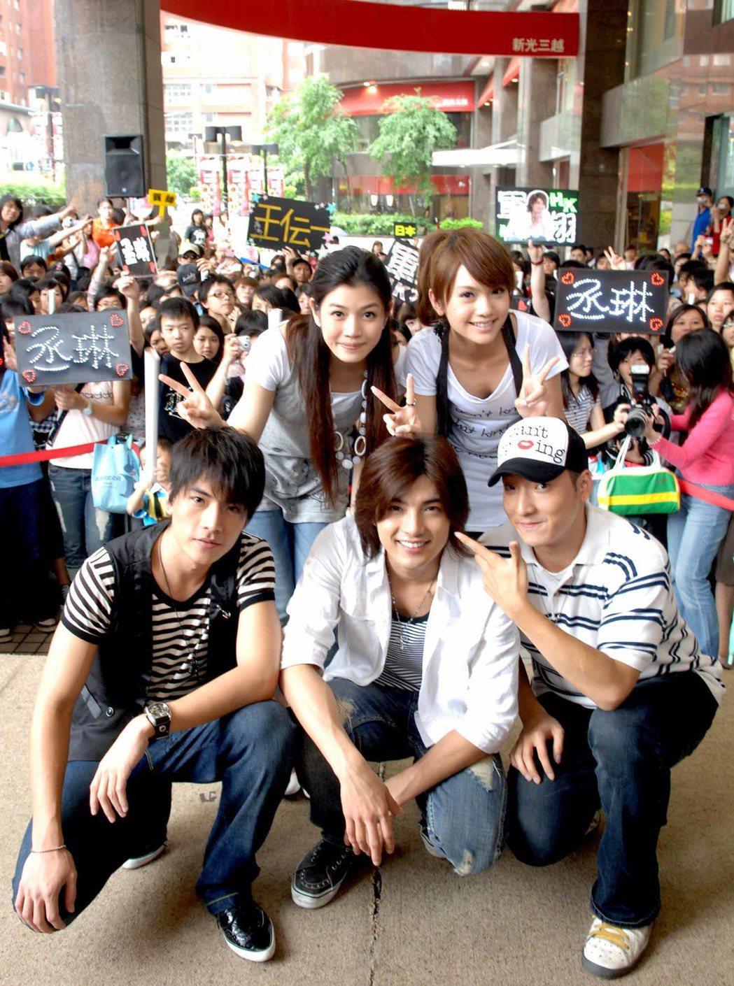 王傳一(左起)、陳妍希、賀軍翔、楊丞琳演出的「換換愛」在華視播出至今正好滿10年