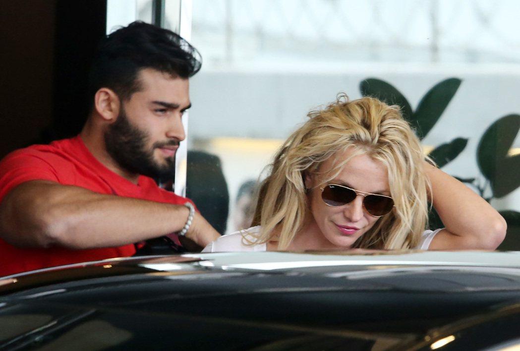 美國女歌手布蘭妮(Britney Spears,右)昨天搭乘私人飛機來台,並於後...