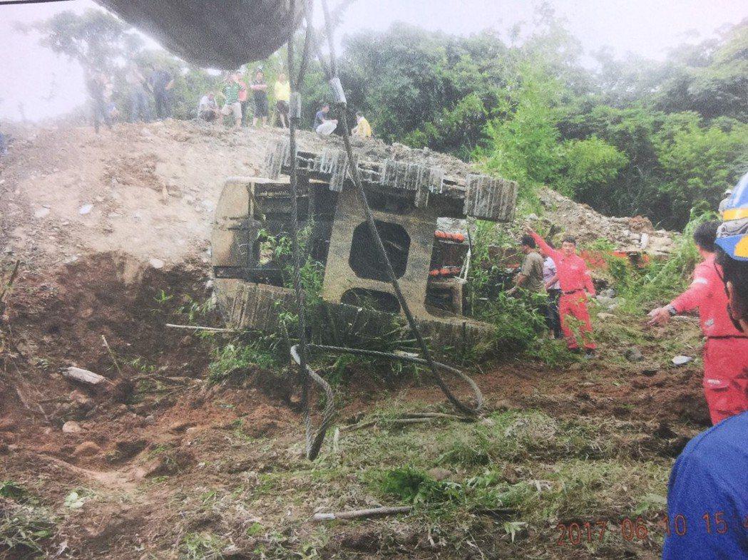 消防員趕到後,用大型挖土機扶正挖土機,才把張男救出,但已無生命跡象。記者郭政芬/...