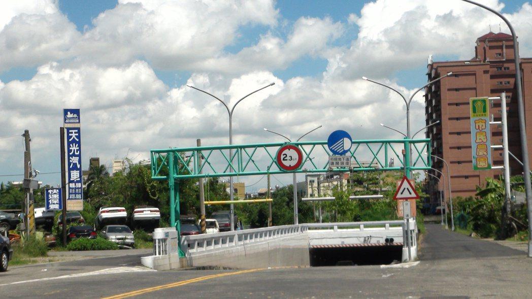 民雄地下道未興建前是平面道路,曾發生火車和公車相撞的嚴重事故。 記者謝恩得/攝影