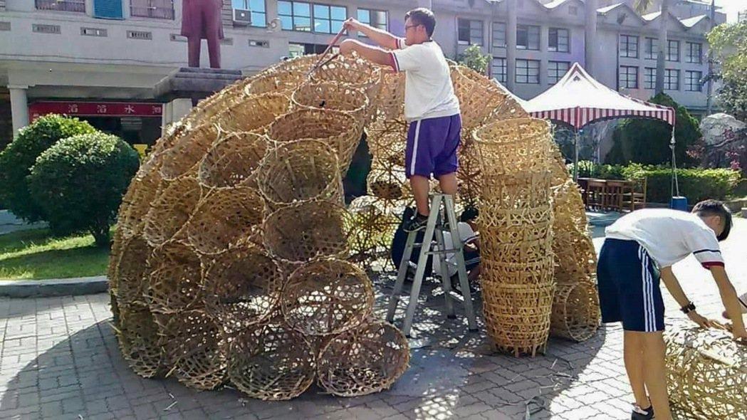 培英國中學生利用廢棄竹簍做成地景藝術。 圖/新竹市府教育處提供