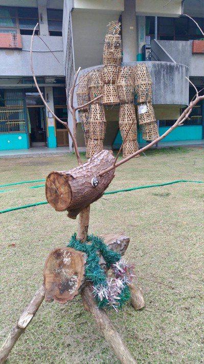 培英國中學生利用廢棄竹簍、修剪的廢木頭,做成地景藝術。 圖/新竹市府教育處提供