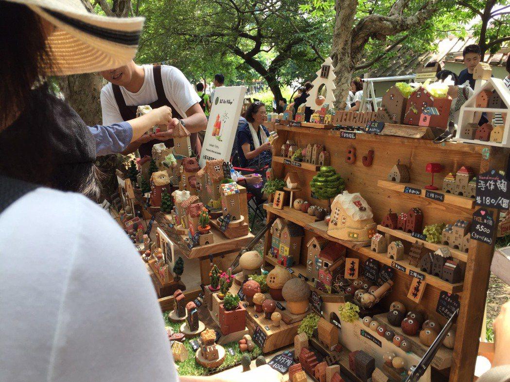新竹縣年度最大文創市集昨天舉行,不少民眾前往尋寶。 記者郭政芬/攝影