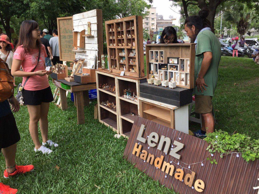 新竹縣年度最大文創市集昨天舉行,藏物市集這次主題是《玩陶敲木花草多肉》。 記者郭...