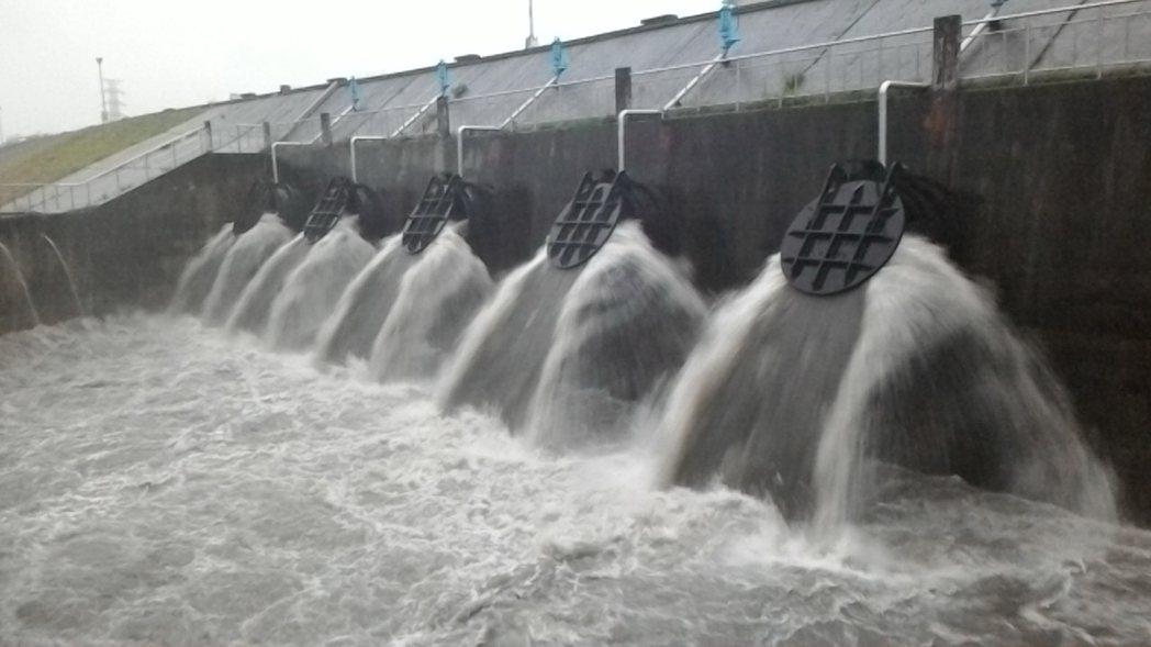 6月2日梅雨鋒面造成新北多處淹水,掀起檢討前瞻水環境建設的聲浪,新北市曾爭取前瞻...