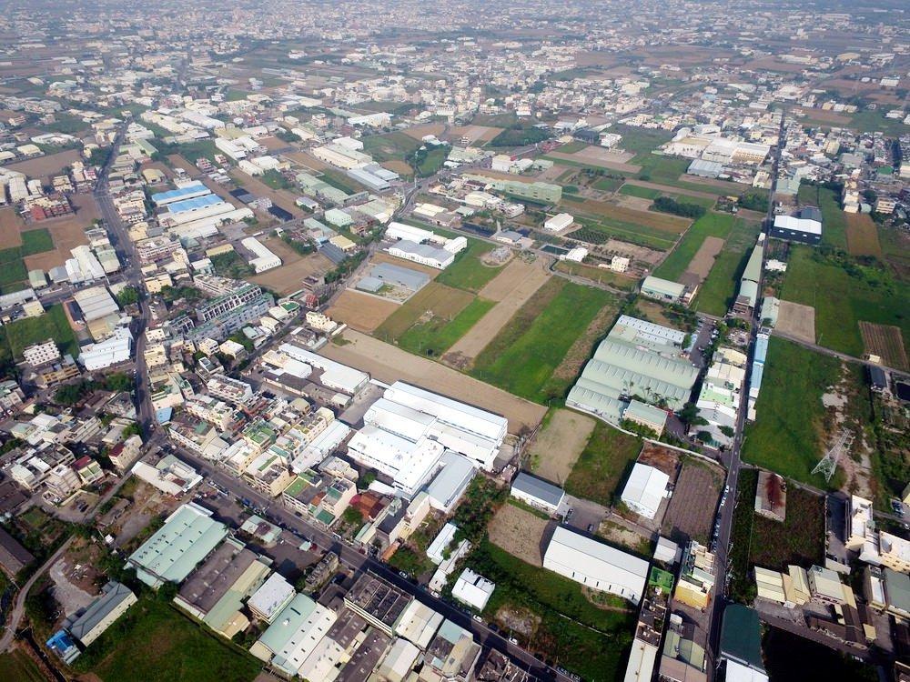 彰化鹿港頂番婆地區擁有全台最大水五金產業,當地是農業區卻密布違章工廠,僅存的農地...