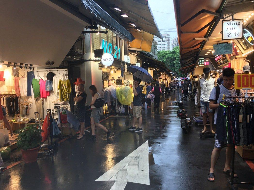 北市府有意整頓五分埔商圈,原要求店家於3月底自拆占用道路的營業物品,如今即將邁入...
