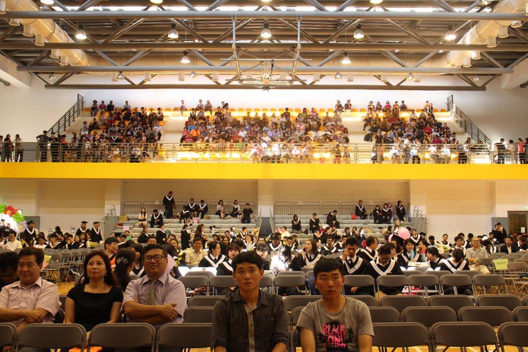 國立清華大學榮譽講座教授李家同10日在金門大學畢業典禮致詞時,看到台下學生走了一...