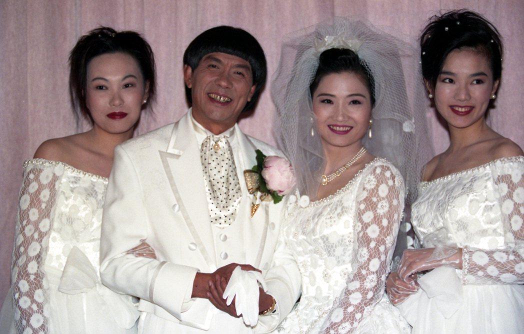 當年豬哥亮(左二)與娶現任老婆葉瑞美時,謝金燕(右一)、謝青燕(左一)都到場祝賀