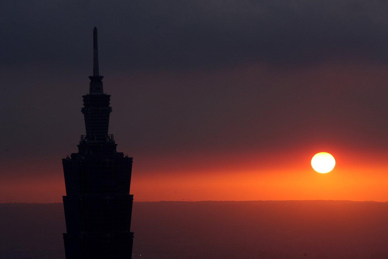 圖為從四獸山上高點展望,捕捉台北101大樓為主題的夕陽美景。記者杜建重/攝影