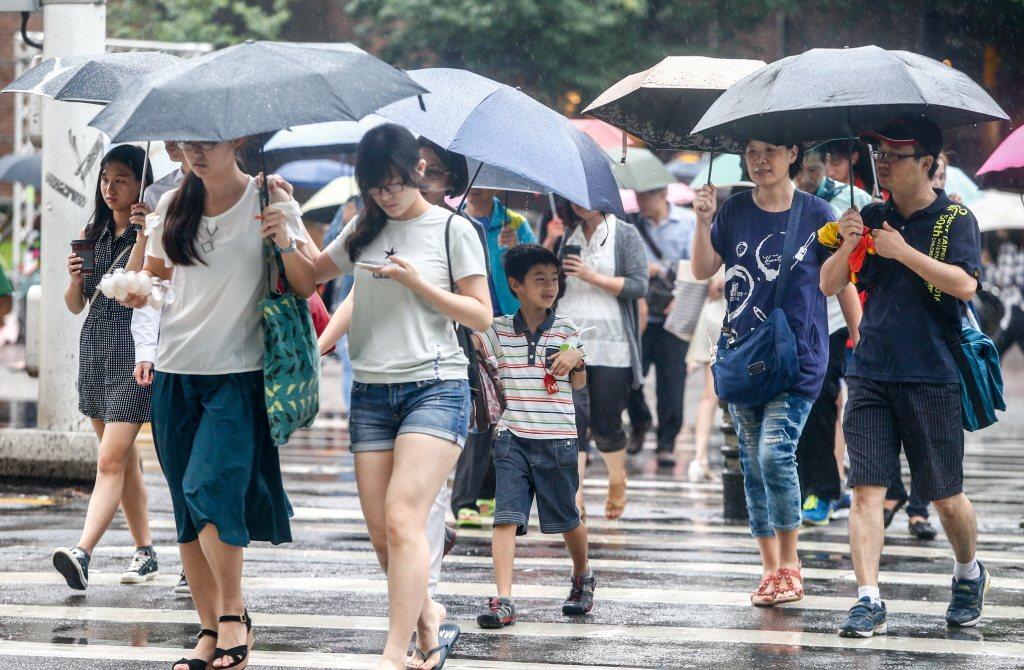 今天大台北地區、東半部地區及桃園以南山區有局部大雨發生的機率,請注意瞬間大雨、雷...