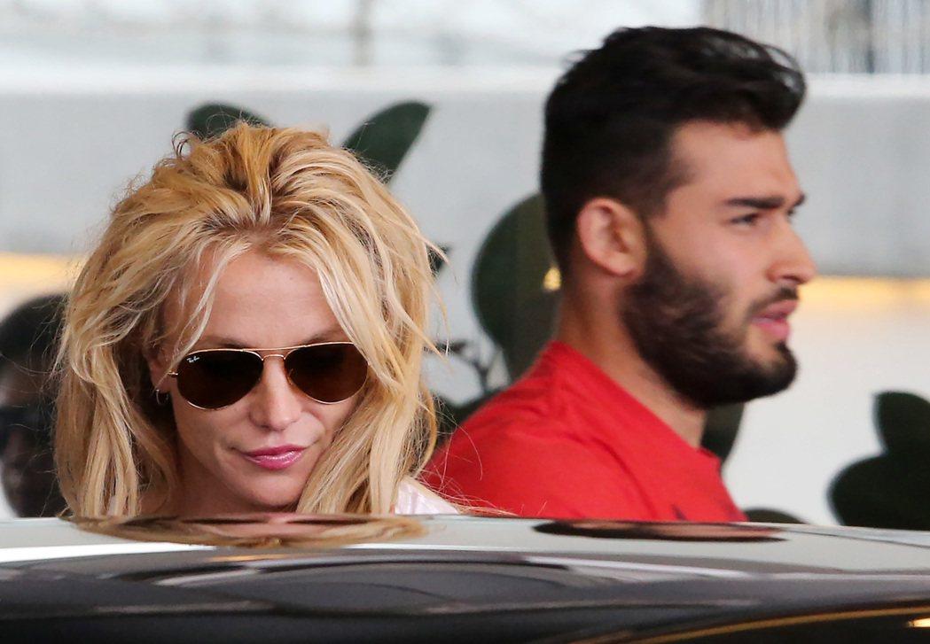 美國女歌手布蘭妮(Britney Spears,左)11日天搭乘私人飛機來台,並